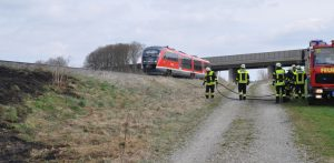 31-03-2012 unterallgaeu holzguenz bahn boeschung brand feuerwehr new-facts-eu 0049