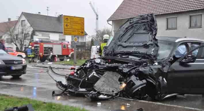05-04-2012 verkehrsunfall illerbachen feuerwehr new-facts-eu 001