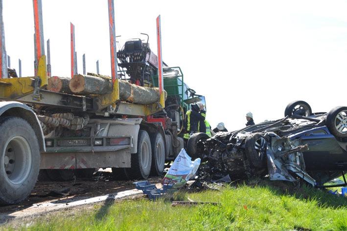 28-04-2012 verkehrsunfall toedlich pkw holztransporter b465 oberessendorf new-facts-eu