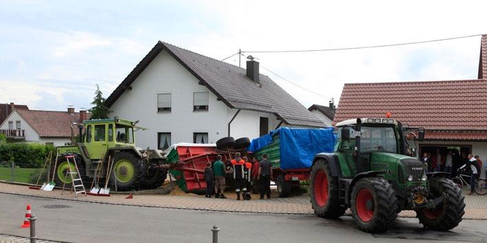 06-06-2012 zwiebler verkehrsunfall umgestuerzter-Anhänger new-facts-eu