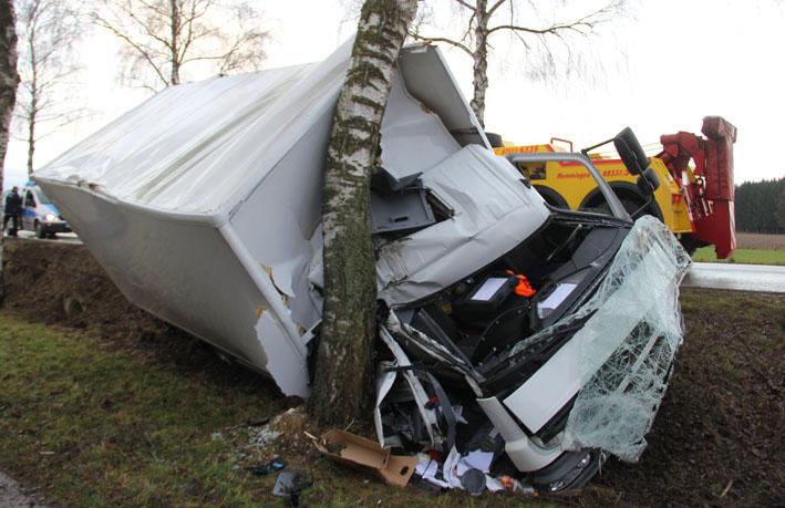 28-12-2012 lkw-unfall schwendi baum new-facts-eu