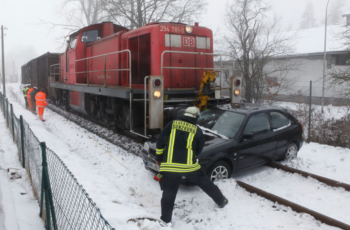 23-01-2013 günzburg bahnunfall leichtverletzter pkw regionalbahn zwiebler new-facts-eu20130123 1590 titel