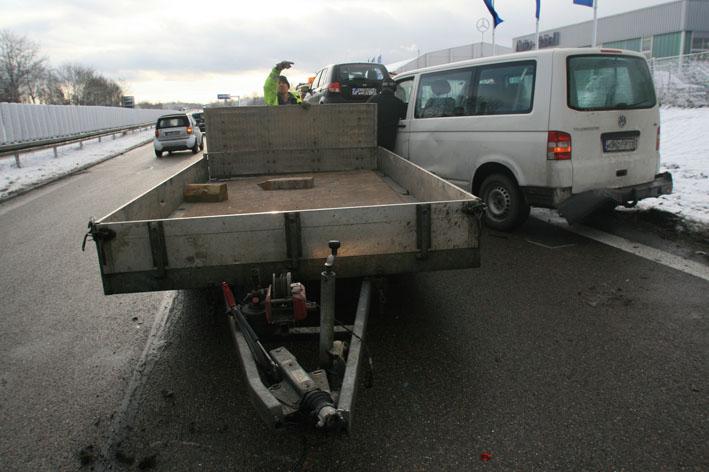 06-02-2013 b10-dornstadt verkehrsunfall pannenfahrzeug zwiebler new-facts-eu