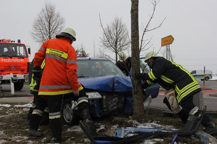 19-02-2013 b300_europastraße_egelsee_verkehrsunfall_pkw-baum_poeppel_new-facts-eu20130219_titel
