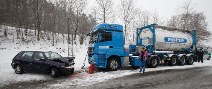 21-03-2013 laichingen unfall schnee pkw lkw feuerwehr-laichingen zwiebler new-facts-eu20130321 0004
