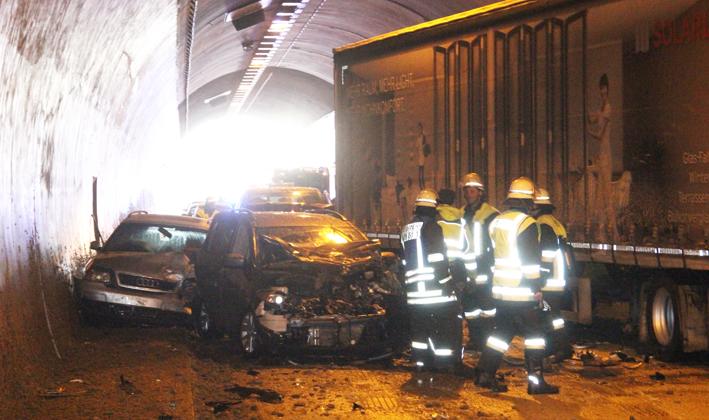 26-03-2013 bab-a96 kohlbergtunnel lkw pkw-karambolge pöppel new-facts-eu20130326 titel