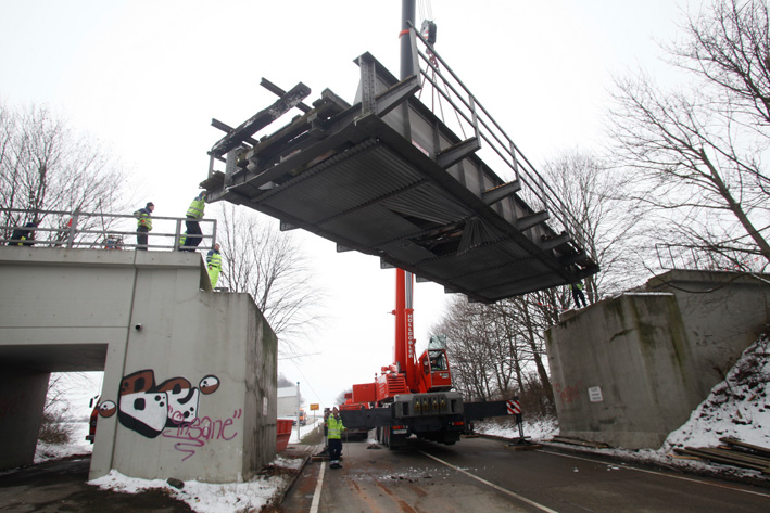 27-03-2013 28-03-2013 günzburg bahnbrücke unfall kran demontage zwiebler new-facts-eu20130328 titel