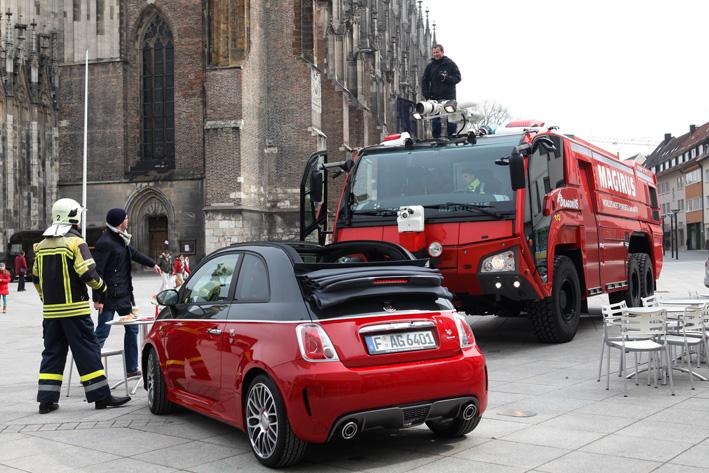 08-04-2013 ulm fiat-konzern fotoshooting flugfeldlöschfahrzeug fiat-500 zwiebler facts-eu20130408 titel