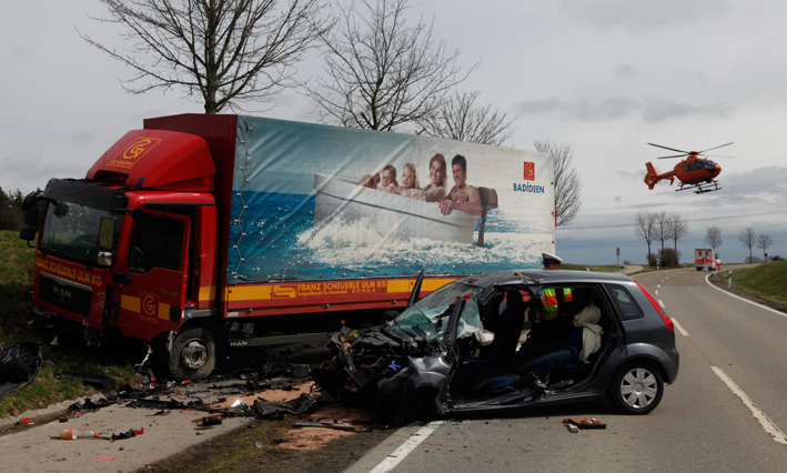 11-04-2013 holzschwang reutti unfall lkw pkw überholvorgang Feuerwehr-neu-ulm zwiebler new-facts-eu20130411 titel