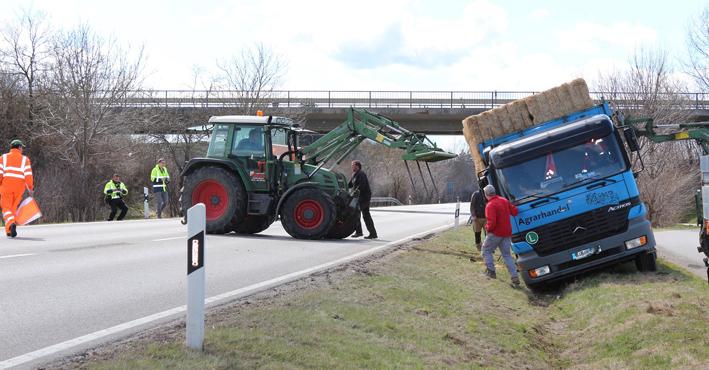 13-04-2013 ostallgäu altdorf stroh Lkw-fahrbahn-abgekommen bringezu new-facts-eu20130413 titel