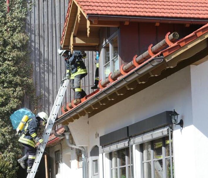 13-04-2013 gennachhausen ostallgäu schwelbrand wohnhaus dach feuerwehr bringezu new-facts-eu20130413 titel