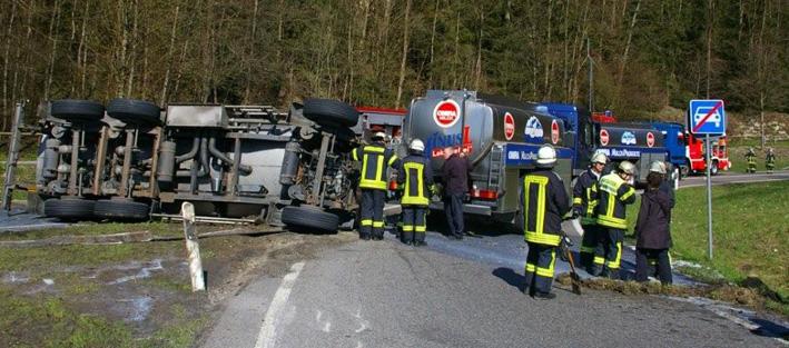 14-04-2013 b30 ravensburg-nord lkw-Unfall milchzug feuerwehr-ravensburg-presse new-facts-eu