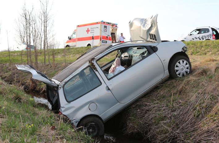 16-04-2013 oal10 geisenried untertingau unfall feuerwehr-geisenried bringezu new-facts-eu20130417 titel