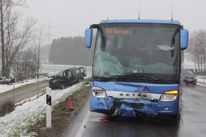 20-04-2013 b12 Kempten betzigau pkw-bus fussball-fans pöppel new-facts-eu20130420 titel