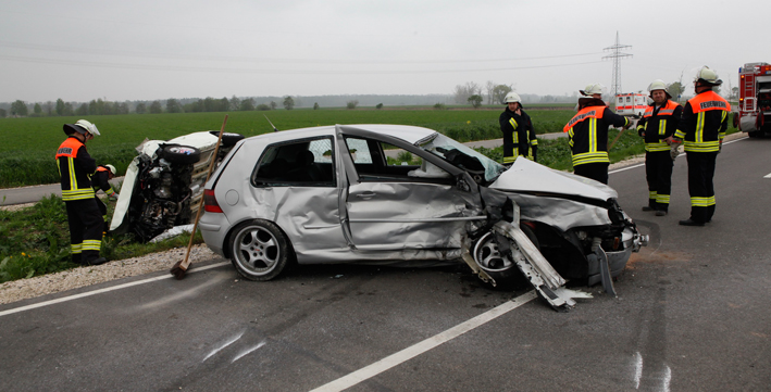 03-05-2013 grundremmingen st2025 unfall lkw pkw schwerverletzte feuerwehr-grundremmingen zwiebler new-facts-eu20130503 titel