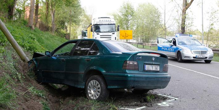 06-05-2013 ulm erbach unfall verletzte totalschaden feuerwehr-ulm rettungsdienst zwiebler new-facts-eu20130506 titel