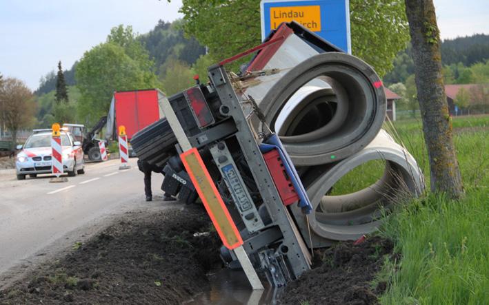 13-05-2013 ravensburg altmannshofen lkw-unfall sattelzug feuerwehr-altmannshofen poeppel new-facts-eu20130513 titel