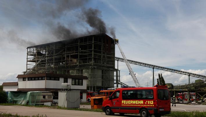 15-05-2015 vöhringen kieswerk brand grosseinsatz drehleiter zwiebler new-facts-eu20130515 titel
