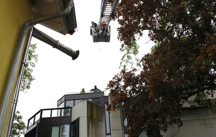 26-05-2013 memmingen unwetter sturm baum-beschadigt-wohnhaus feuerwehr-memmingen thw-memmingen poeppel new-facts-eu20130526 titel