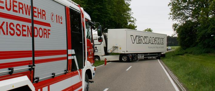 27-05-2013 pfaffenhofen raunertshofen lkw-unfall bergung feuerwehr wis new-facts-eu20130527 titel
