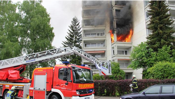 30-05-2013 memmingen hochhaus brand feuerwehr balkon grosseinsatz feuerwehr rettungsdienst poeppel new-facts-eu20130530 titel