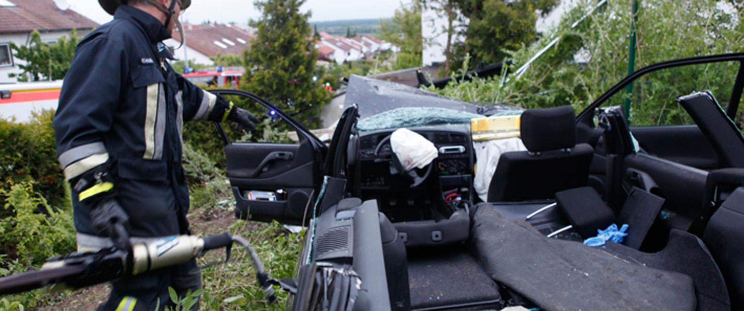 30-05-2013 unterelchingen pkw-fahrer kontrolle-verloren joggerin laterne schwerer-unfall zwiebler new-facts-eu20130530 titel