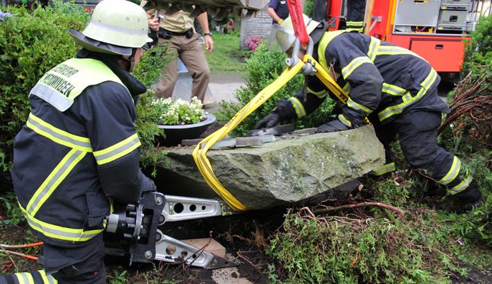 25-06-2013 memmingenwaldfriedhof grabstein-mann eingeklemmt feuerwehr-memmingen poeppel new-facts-eu20130625 titel
