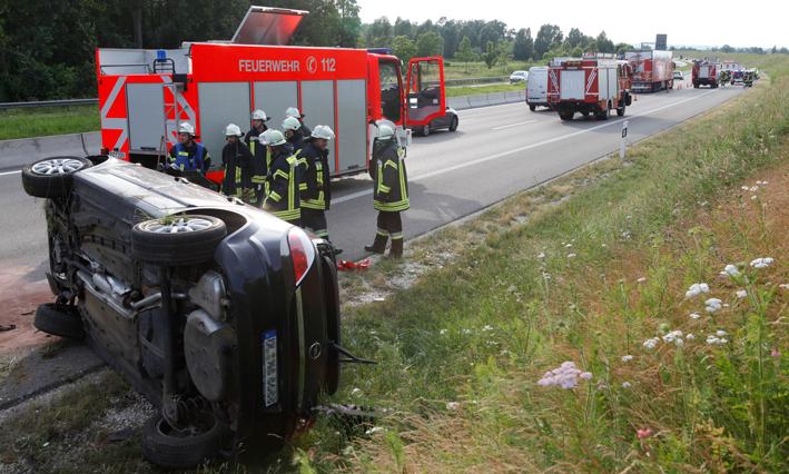 26-06-2013 bab-a8 leipheim unfall überschlag zwiebler new-facts-eu20130626 titel