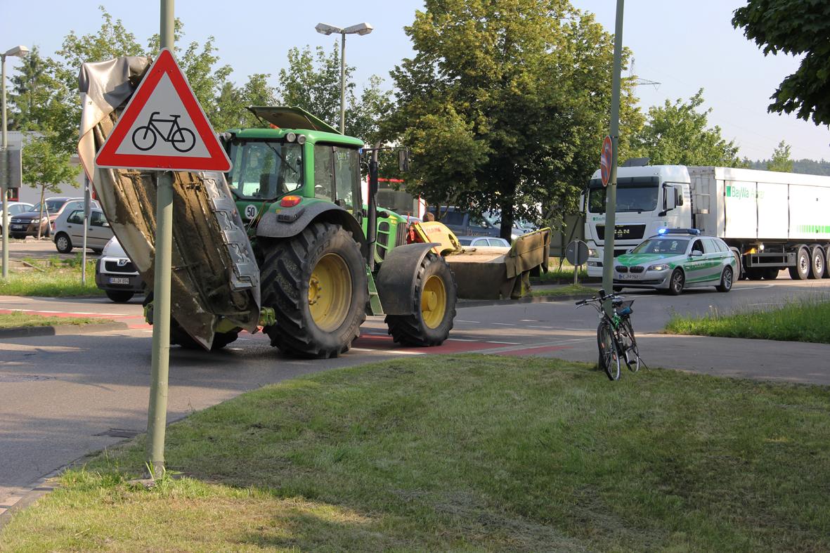 10-07-2013 memmingen kreisverkehrs traktor-gegen-radfahrer-schwerverletzt poeppel new-facts-eu20130710 0003