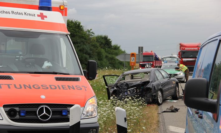 29-07-2013 bab-a96 stetten sattelzug stauende drei-verletzte poeppel new-facts-eu20130729 titel