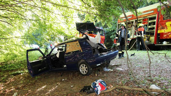 17-08-2013 guenzburg burtenbach unfall pkw-baum schwerverletzt obeser titel