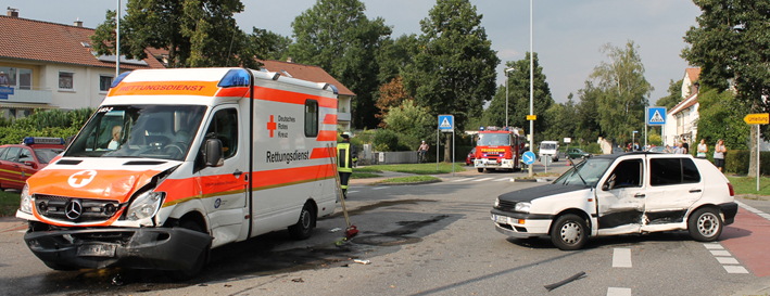 28-08-2013 biberach unfall pkw-golf rettungswagen feuerwehr-biberach new-facts-eu20130828 titel