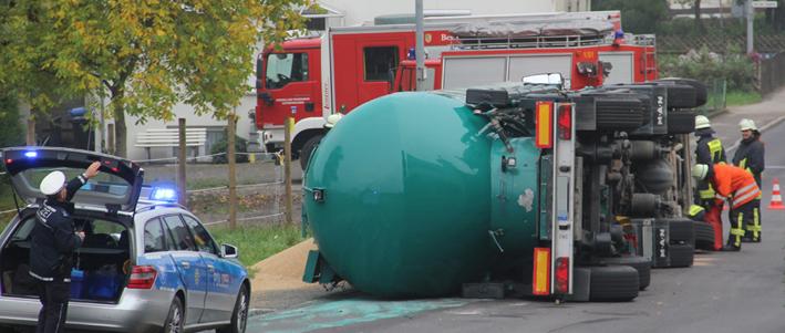 07-13-2013 b312 biberach edenbachen lkw-umgekippt unfall getreidesilozug feuerwehr-ochsenhausen poeppel new-facts-eu20131007 titel