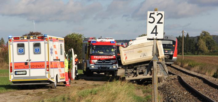 17-10-2013 unterallgau nassenbeuren bahnunfall lkw regionalbahn feuerwehr poeppel new-facts-eu20131017 titel