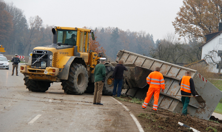 13-11-2013 neu-ulm hirbishofen lkw-unfall wis new-facts-eu20131113 titel
