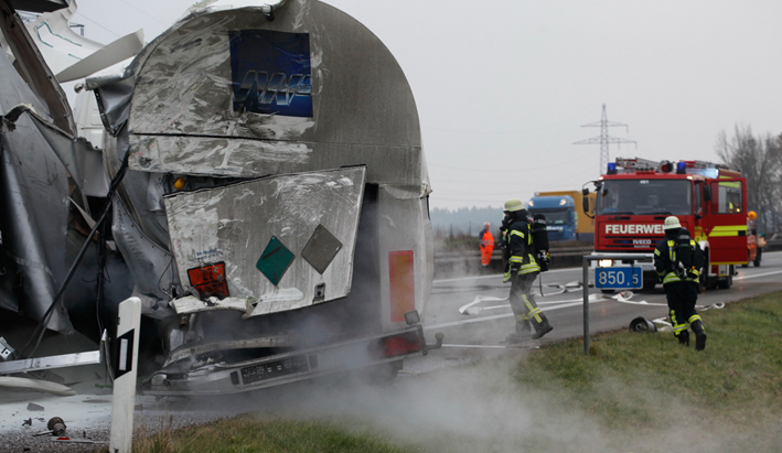 11-12-2013 bab-a7 nersingen hittisstetten lkw-unfall gefahrgut feuerwehr zwiebler new-facts-eu20131128 titel
