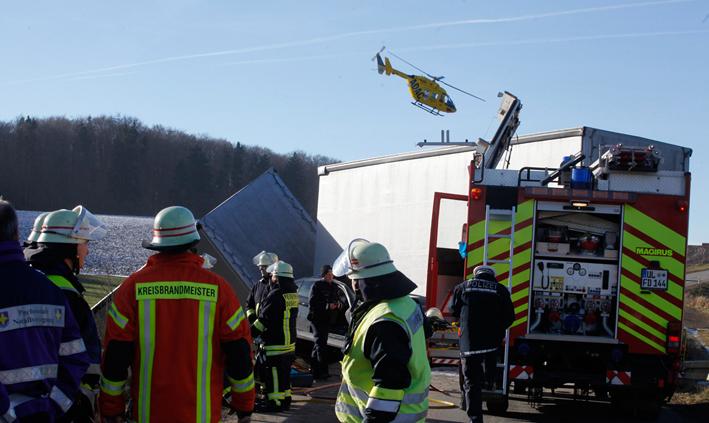 16-12-2013 scharenstetten ulm unfall-tote feuerwehr zwiebler new-facts-eu20131128 titel