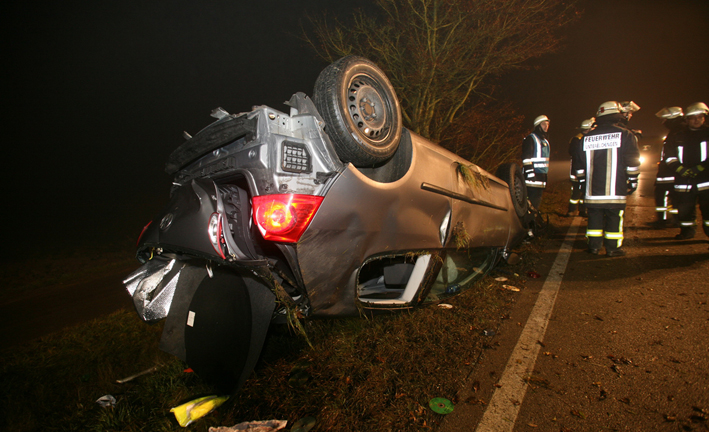 21-12-2013 neu-ulm unterelchingen unfall uberschlag zwiebler new-facts-eu20131128 titel