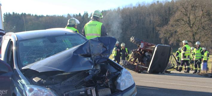 27-12-2013 unterallgau turkheim traktor pkw unfall feuerwehr poeppel new-facts-eu20131227 titel