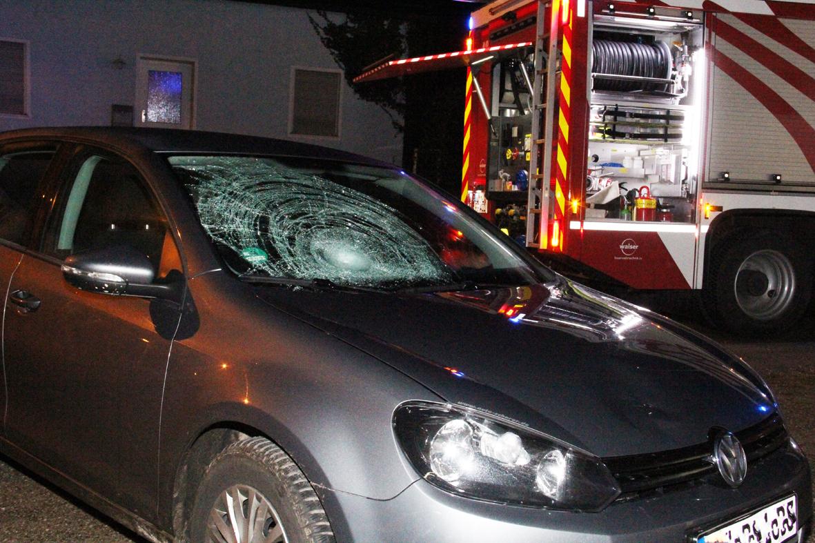 02-01-2014 unterallgau pfaffenhausen unfall pkw-gegen-fussganger feuerwehr poeppel new-facts-eu20140102 0002