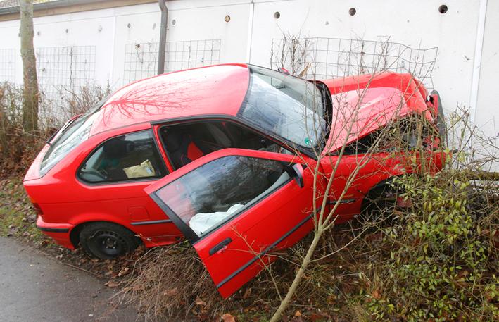 06-01-2013 neu-ulm illerzell unfall pkw-gegen-garage wis new-facts-eu20140106 titel