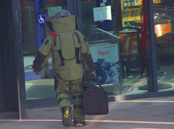 31-01-2014 memmingen bahnhof bombeneinsatz rucksack polizei  poeppel new-facts-eu20140131 titel