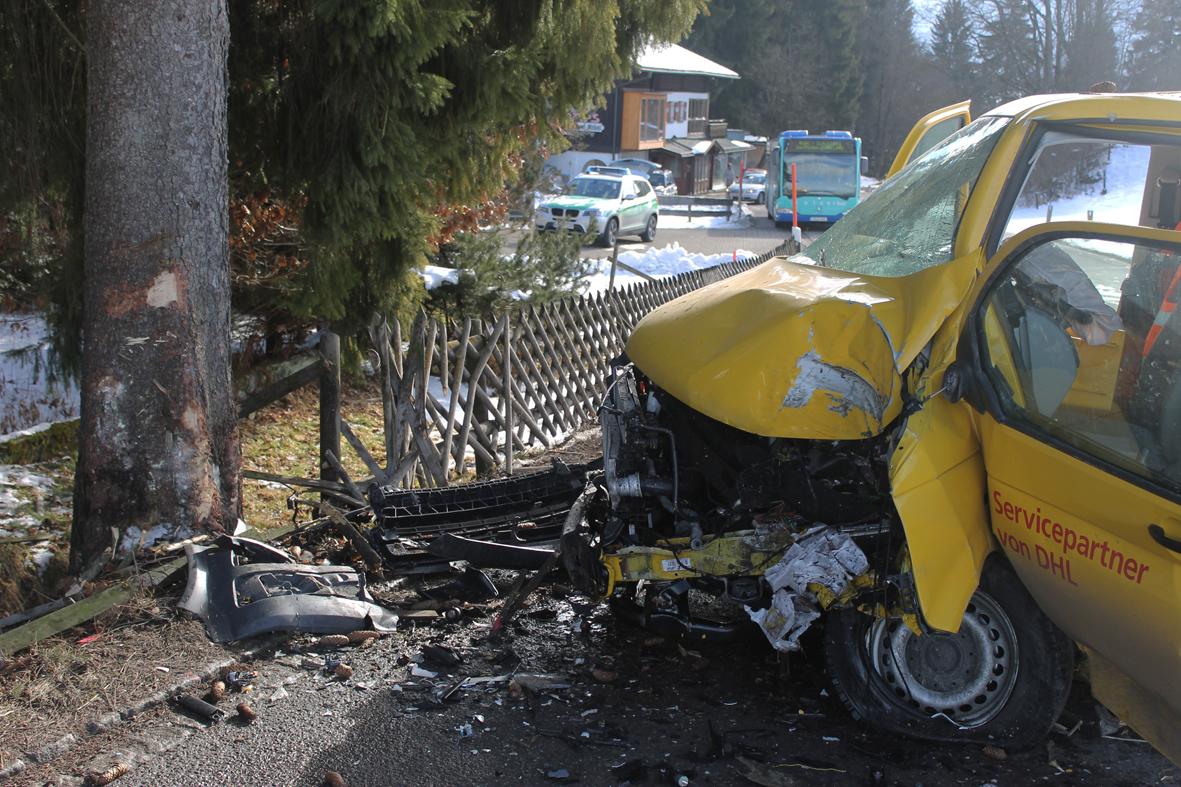 01-02-2014 oberallgau rubi dhl-transporter-prallt-gegen-baum verletzt liss new-facts-eu20140201 0001