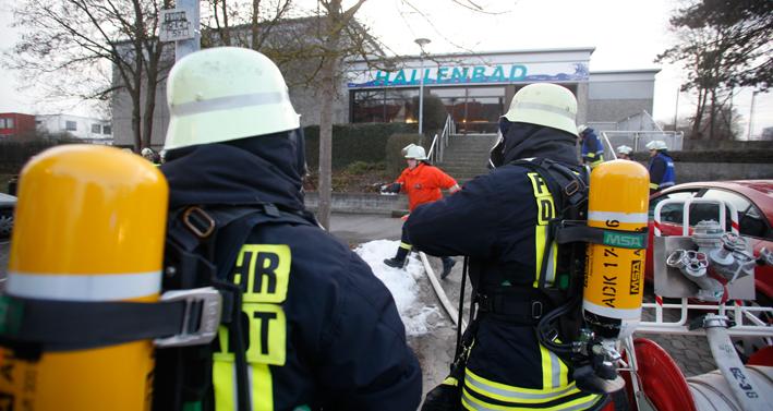04-02-2014 ulm dornstadt alb-donau-kreis hallenbad chlor verletzte feuerwehr zwiebler new-facts-eu20131128 titel