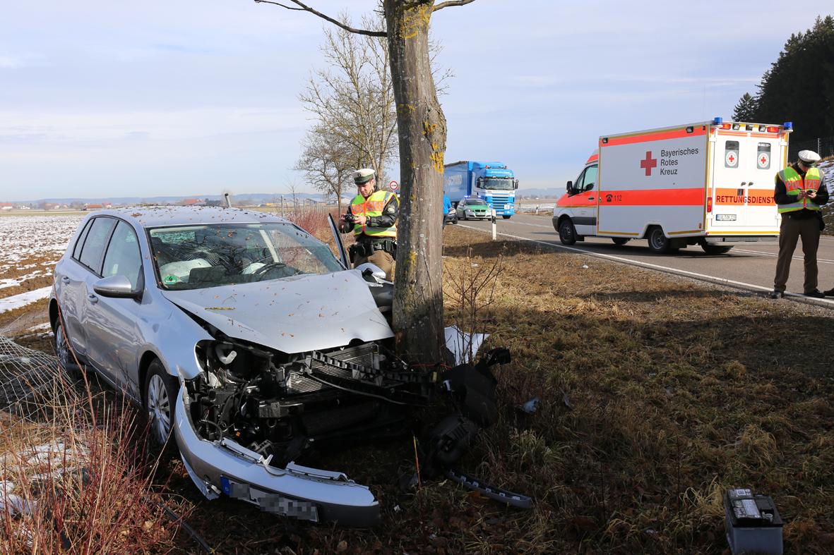 05-02-2014 b12 marktoberdorf geisenried unfall pkw baum rettungsdienst bringezu new-facts-eu20140205 0001