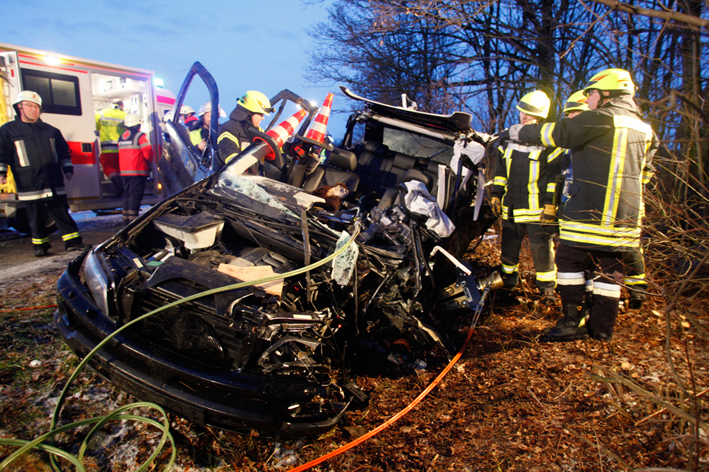14-02-2014 bab-a7 altenstadt unfall eingeklemmt feuerwehr-erolzheim zwiebler new-facts-eu20131128 titel