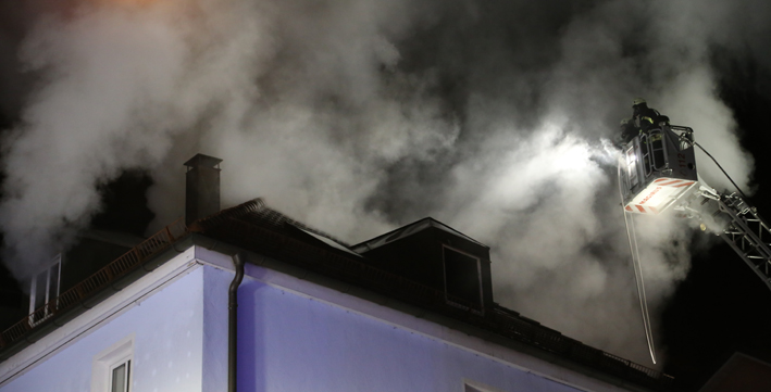 11-03-2014 kempten weberstrasse brand dachstuhl wohnhaus feuerwehr poeppel new-facts-eu20140311 titel