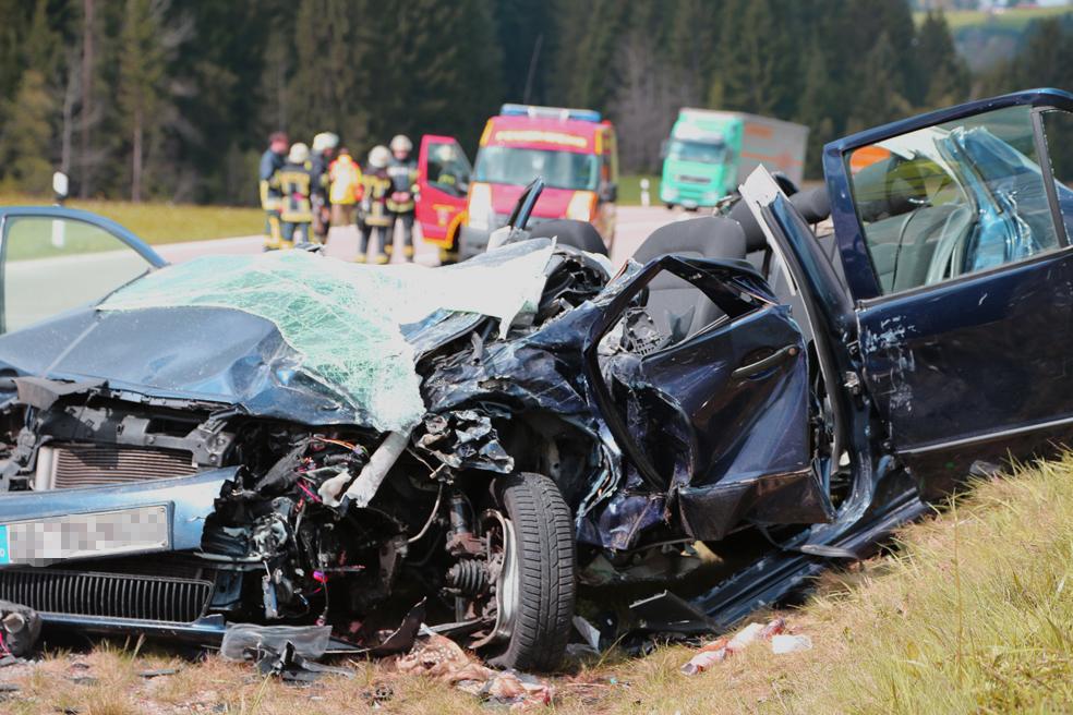 15-04-2014 b308-oberstaufen-weiler-simmerberg-toedlicher-unfall-feuerwehr-polizei poeppel new-facts-eu 0001