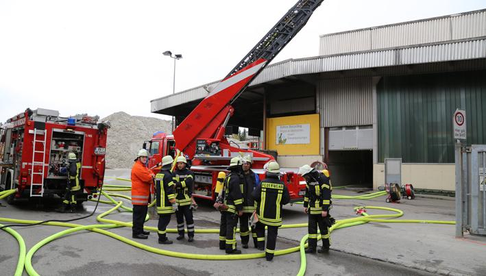 18-04-2014-ravensburg-bad-wurzach-brand-trocknungsanlage-glas-ercyclinganlage-feuerwehr new-facts-eu20140418 titel