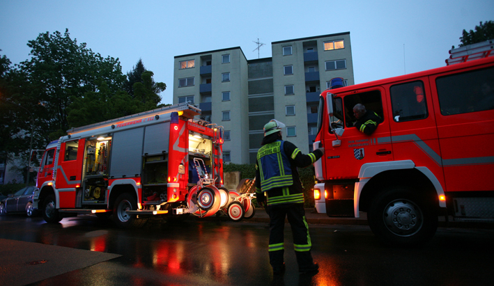 28-04-2014-guenzburg-wohnungsbrand-hochhaus-feuerwehr-rettungsdienst-zwiebler new-facts-eu titel